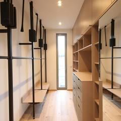 :  Dressing room by Boldt Innenausbau GmbH - Tischlerei & Raumkonzepte