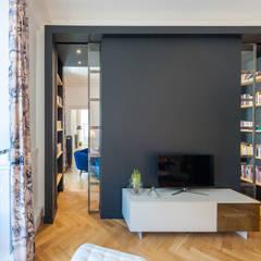 Un Haussmannien décoré: Salle multimédia de style  par Dominique Marcon