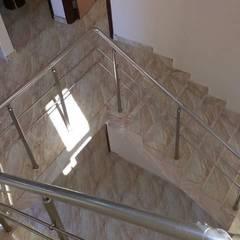 فيلا مودرن تطل علي بحيرة مريوط:  الممر والمدخل تنفيذ TRK Architecture,