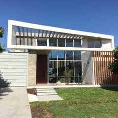 kc 320: Casas de estilo  por costa & valenzuela, Moderno