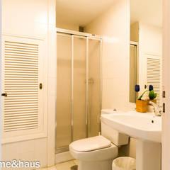 Home Staging en casa con piscina privada de alquiler vacacional: Baños de estilo  de Home & Haus | Home Staging & Fotografía