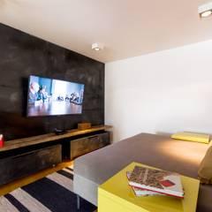 Departamento en La Cuesta : Salas multimedia de estilo  por Interiores B.AP