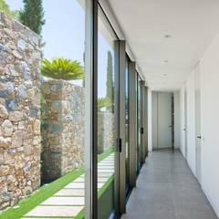 Ventanas de estilo  por GESTEC. Arquitectura & Ingeniería, Mediterráneo