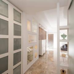 Pasillos y vestíbulos de estilo  por Fabiola Ferrarello architetto