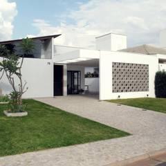 CASA RENDADA: Casas modernas por Cia de Arquitetura