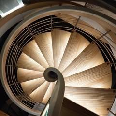 Escalier suspendu débillardé Senzu: Couloir et hall d'entrée de style  par ASCENSO