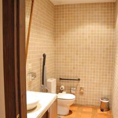 Reforma del Parador de Jarandilla de la Vera: Baños de estilo  de Alarife Estudio de Arquitectos SLP
