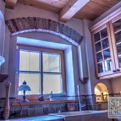 Fensterumfassung mit Steinverblender: mediterrane Küche von Stefan Necker BadRaumKonzepte