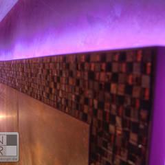 Umlaufende Mosaikfliesen mit LED Beleuchtung im Schlafzimmer:  Schlafzimmer von Stefan Necker BadRaumKonzepte