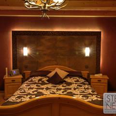 Rückwand aus Fliesen und Natursteinmosaik im Schlafzimmer:  Schlafzimmer von Stefan Necker BadRaumKonzepte