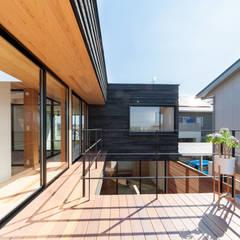碇の家: STaD(株式会社鈴木貴博建築設計事務所)が手掛けたテラス・ベランダです。,モダン