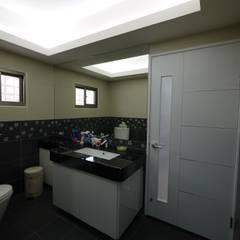 跳TONE - 三義木雕街 - 舊屋翻新:  浴室 by 高筌室內設計