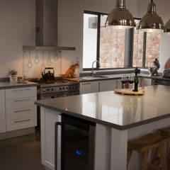مطبخ تنفيذ Urban Habitat Architects,