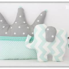 Almofada coroa e elefante : Quarto de crianças  por By Mom