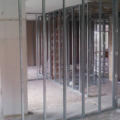 Reforma integral de apartamento: Paredes de estilo  de ARCOtectura