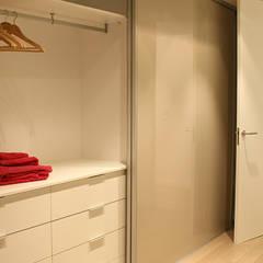 Reforma integral de apartamento: Vestidores de estilo  de ARCOtectura
