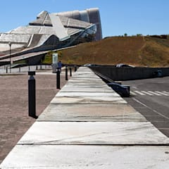 Ciudad de la Cultura de Galicia: Palacios de congresos de estilo  de Cuarcitas Aveneira S.L.,