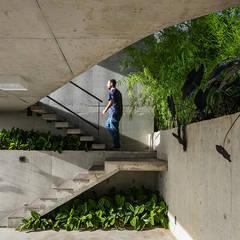 Casa LEnS: Garagens e edículas minimalistas por obra arquitetos ltda