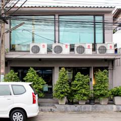 ภาพจากด้านหน้าอาคาร:  อาคารสำนักงาน ร้านค้า by Backyard Construction