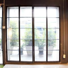 ประตูทางเข้าหลัก:  อาคารสำนักงาน ร้านค้า by Backyard Construction