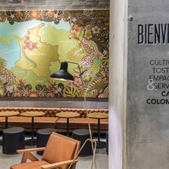 Perceptual y Starbucks: Oficinas y Tiendas de estilo  por Perceptual, Escandinavo Madera Acabado en madera
