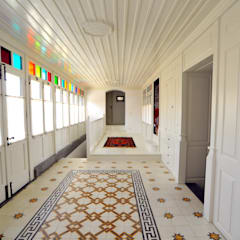 Corredores e halls de entrada  por Ebru Erol Mimarlık Atölyesi