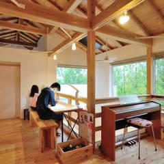 Salas de entretenimiento de estilo  por 株式会社 建築工房零