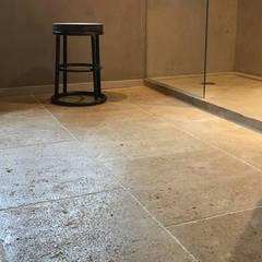 Dallage et receveur de douche en pierre de Bourgogne: Salle de bains de style  par LE COMPTOIR DES PIERRES