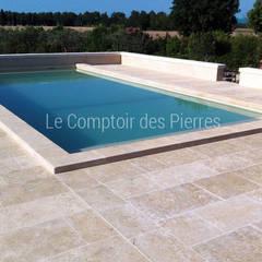 Margelles et plage de piscine en pierre de Bourgogne: Piscines  de style  par LE COMPTOIR DES PIERRES