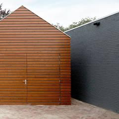 moderne garage dat past bij de uitbouw van de klassieke woning:  Garage/schuur door YA Architecten