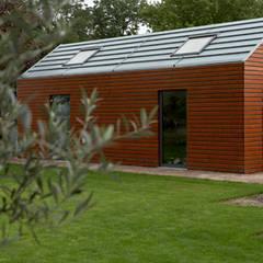 Garage dat past bij de uitbouw van de klassieke woning:  Garage/schuur door YA Architecten