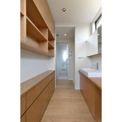 ヒカリとミドリの家: 株式会社Fit建築設計事務所が手掛けた浴室です。,モダン
