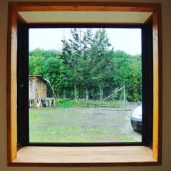 Casa en Talagante: Ventanas de estilo  por AtelierStudio