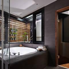 光影交錯的穿透樓梯,屬於都會的樂活休閒宅:  水療 by 合觀設計, 現代風