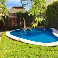 "CASA ""PICCOLA ITALIA"": Albercas de jardín de estilo  por SG Huerta Arquitecto Cancun , Tropical Azulejos"