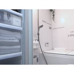 コンパクトなお風呂には清潔感を: 高嶋設計事務所/恵星建設株式会社が手掛けた浴室です。