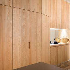 Rangements: Couloir et hall d'entrée de style  par MELANIE LALLEMAND ARCHITECTURES