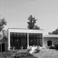 Extension/rénovation de villa à St-Cannat: Lieux d'événements de style  par Cardo architectures
