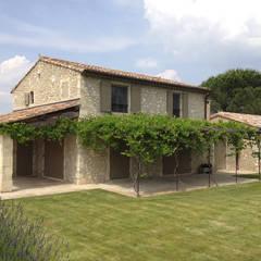 Extension d'une maison de village: Lieux d'événements de style  par Cardo architectures