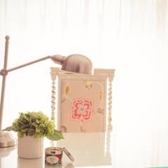 Soft and colorful bedroom (Porto, Foz):   por Perfect Home Interiors