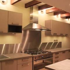 Rénovation d'une cuisine au style rustique et moderne: Cuisine de style  par Koya Architecture Intérieure