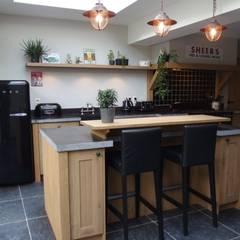 Landelijke eiken houten keuken: landelijke Keuken door de Lange keukens