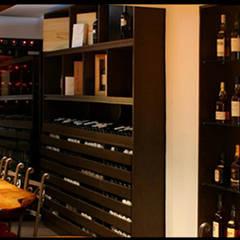VINOTECA : Gastronomía de estilo  por Estudio Bono-Sanmartino