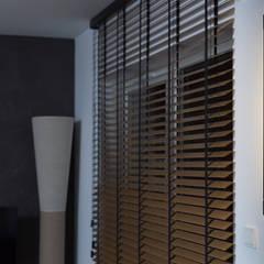 Kawalerka z tarasem: styl , w kategorii Ściany zaprojektowany przez Kraupe Studio