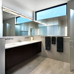 Rosedale Residence:  Bathroom by KUBE Architecture
