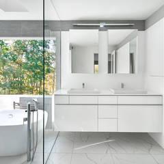Smoky Quartz:  Bathroom by KUBE Architecture