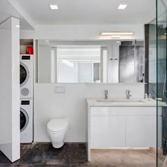 Master Bathroom with Laundry Closet:  Bathroom by Lilian H. Weinreich Architects