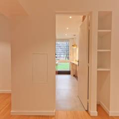 Rénovation complète d'un appartement de 85 m2: Couloir et hall d'entrée de style  par ateliers kumQuat