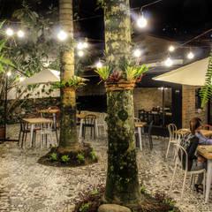 RESTAURANTE ASADOS CHAVITA LA ESTRELLA: Locales gastronómicos de estilo  por santiago dussan architecture & Interior design