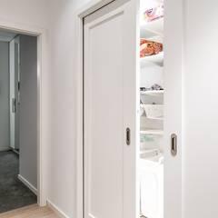 2-poziomowe mieszkanie: styl , w kategorii Garderoba zaprojektowany przez Perfect Space